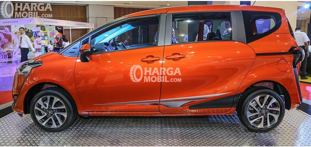 Gambar bagian samping mobil Toyota Sienta 2017 berwarna orange