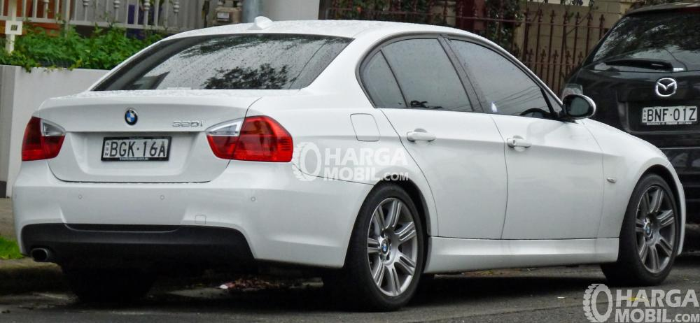Gambar mobil BMW 320i 2008 berwarna putih dilihat dari bagina belakang