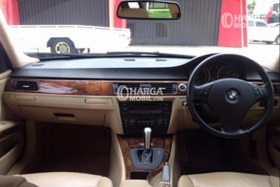 Gambar bagian dashboard mobil BMW 320i 2008 berwarna utama yaitu hitam