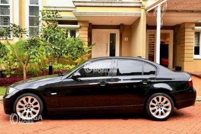 Gambar mobil BMW 320i 2008 berwarna hitam dilihat dari sisi samping