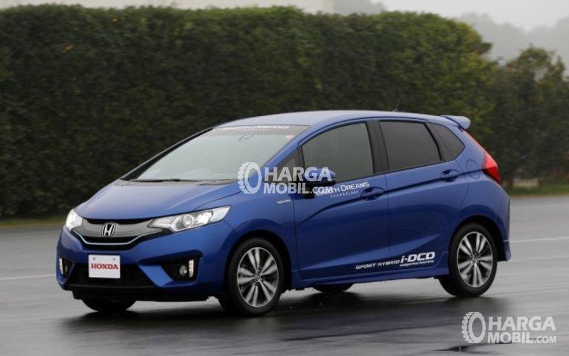 Mobil Honda Jazz 2014 berwarna biru dilihat dari bagian samping