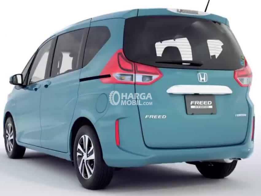 Gambar mobil Honda Freed 2016 berwarna biru dilihat dari sisi belakang