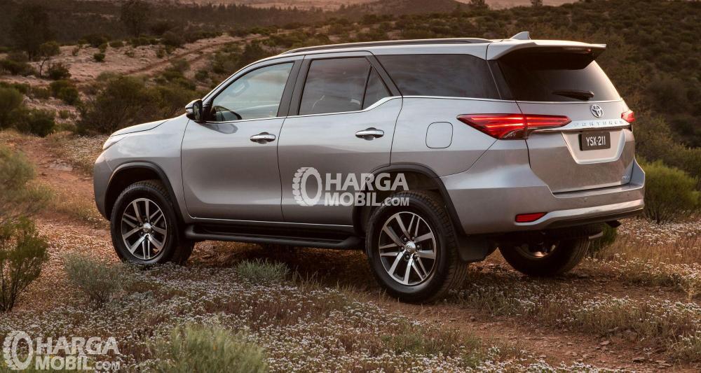 Gambar mobil Toyota Fortuner 2016 berwarna abu-abu dilihat dari bagian belakang