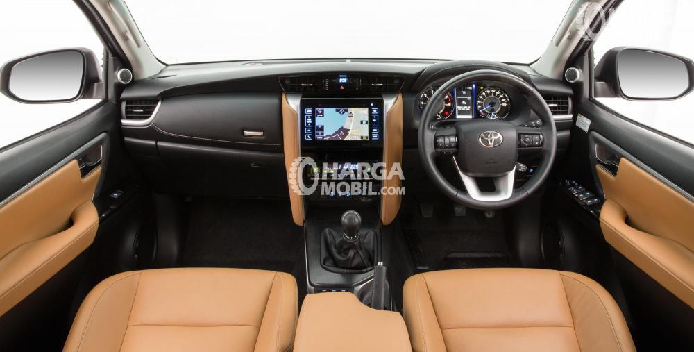 Gambar bagian dashboard mobil Toyota Fortuner 2016 dengan kursi berwarna orange