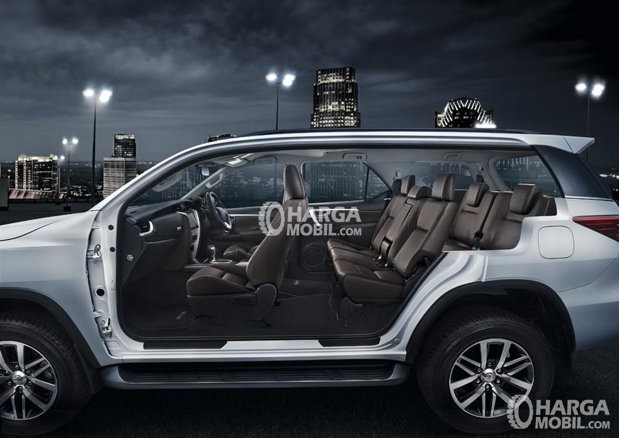Gambar ruang kabin mobil Toyota Fortuner 2016 dengan kursi berwarna hitam