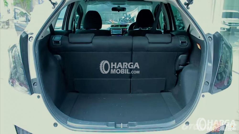 Gambar ruang bagasi mobil Honda Jazz 2015 dengan ruang bagasi yang luas