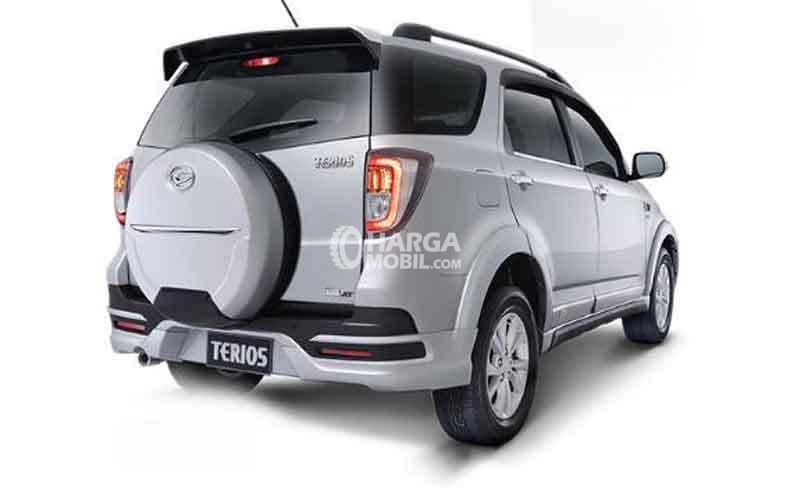 Gambar mobil Daihatsu Terios 2016 berwarna abu-abu dilihat dari sisi belakang