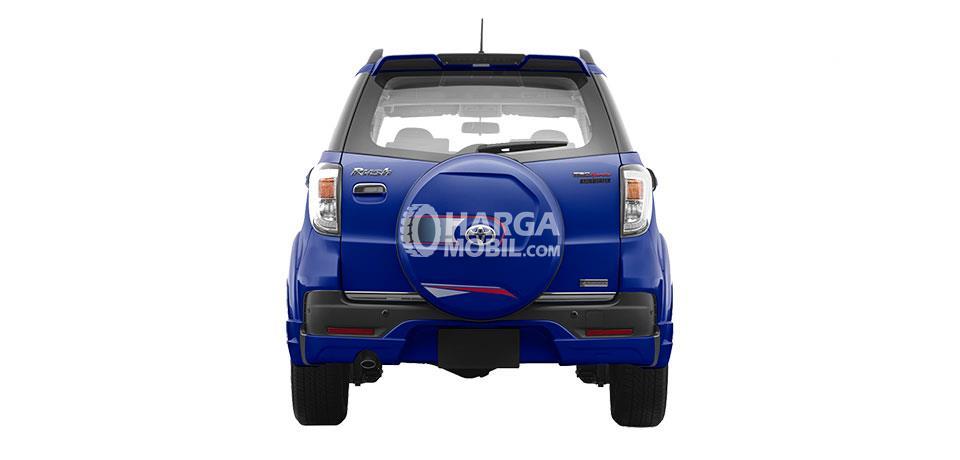 Gambar mobil Toyota Rush 2016 berwarna biru dilihat dari bagian belakang