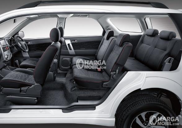 Gambar bagian kursi mobil Toyota Rush 2016 dengan jok berwarna hitam