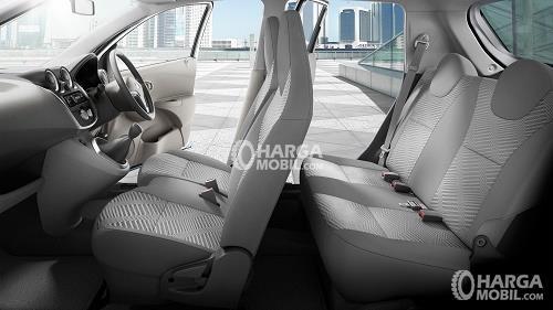 Gambar bagian kursi mobil Datsun Go Panca 2015 ditutupi dengan kulit berwarna abu-abu