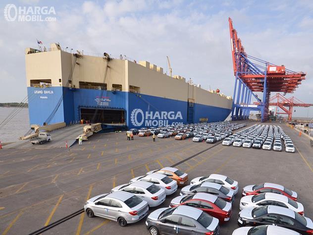 pemandangan di sebuah pelabuhan jika banyak mobil Toyota sedang siap untuk diekspor melalui kapal besar