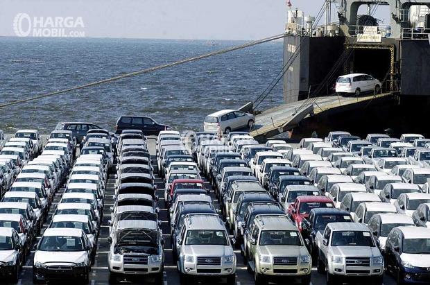 Pemandangan di pelabuhan saat mobil ekspor sedang diangkut ke kabin