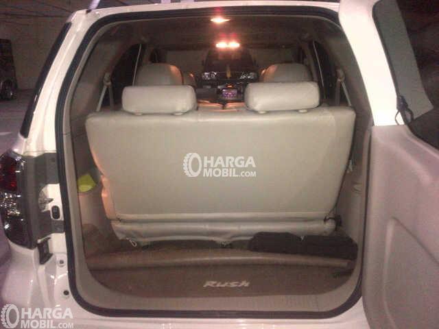 Gambar ruang bagasi mobil Toyota Rush 2012