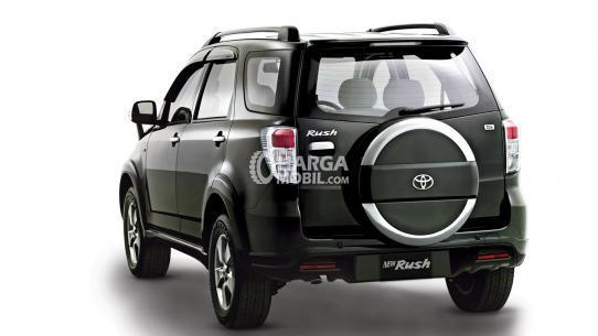 Gambar bagian belakang Toyota Rush 2012 berwarna abu-abu