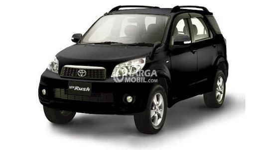 Gambar mobil Toyota Rush 2012 berwarna hitam dilihat dari sisi depan