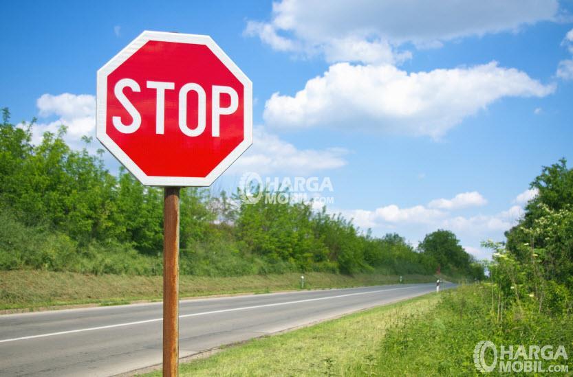 gambar menunjukkan sebuah rambu lalu lintas dengan kata
