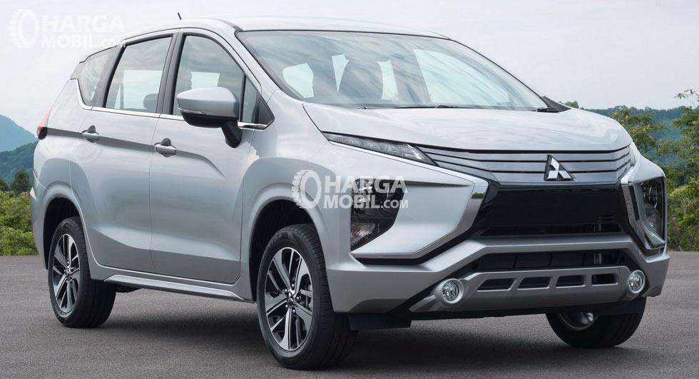 gambar menunjukkan sebuah mobil Mitsubishi Xpander berwarna silver sedang berkendara di jalan