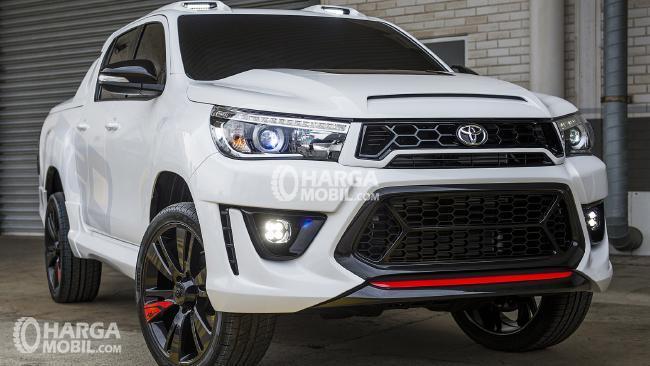 gambar menunjukkan sebuah mobil Toyota Hilux TRD by Toyota Australia berwarna putih sedang diparkir di jalan
