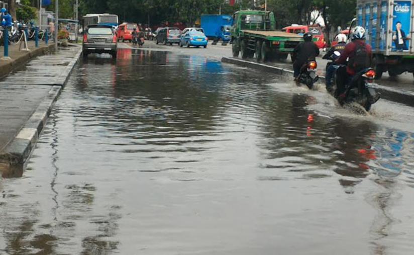 Gambar menunjukkan Genangan air di jalanan setelah turun hujan