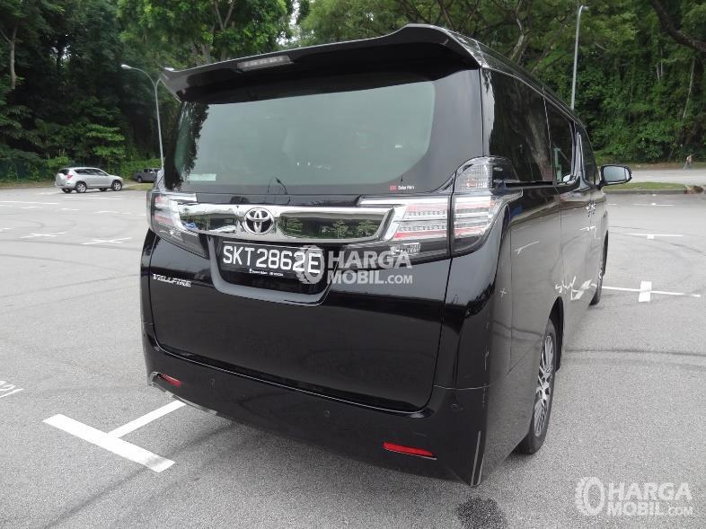 Gambar mobil Toyota Vellfire 2016 berwarna hitam dilihat dari sisi belakang