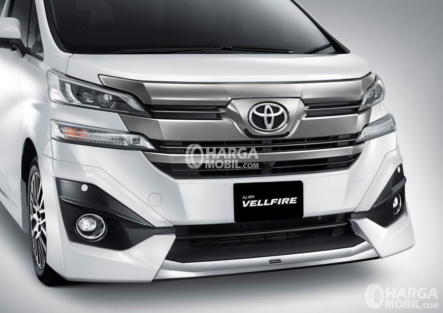 Gambar mobil Toyota Vellfire 2016 berwarna putih dilihat dari sisi depan