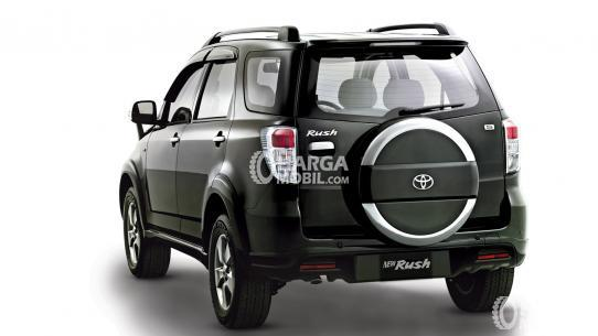 Gambar mobil Toyota Rush 2012 berwarna hitam dilihat dari sisi belakang
