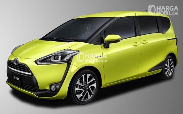 Gambar mobil Toyota Sienta 2016 berwarna kuning dilihat dari sisi depan