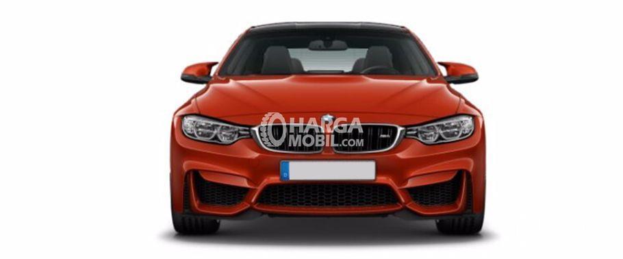 Gambar mobil BMW M4 2017 berwarna orange dilihat dari sisi depan