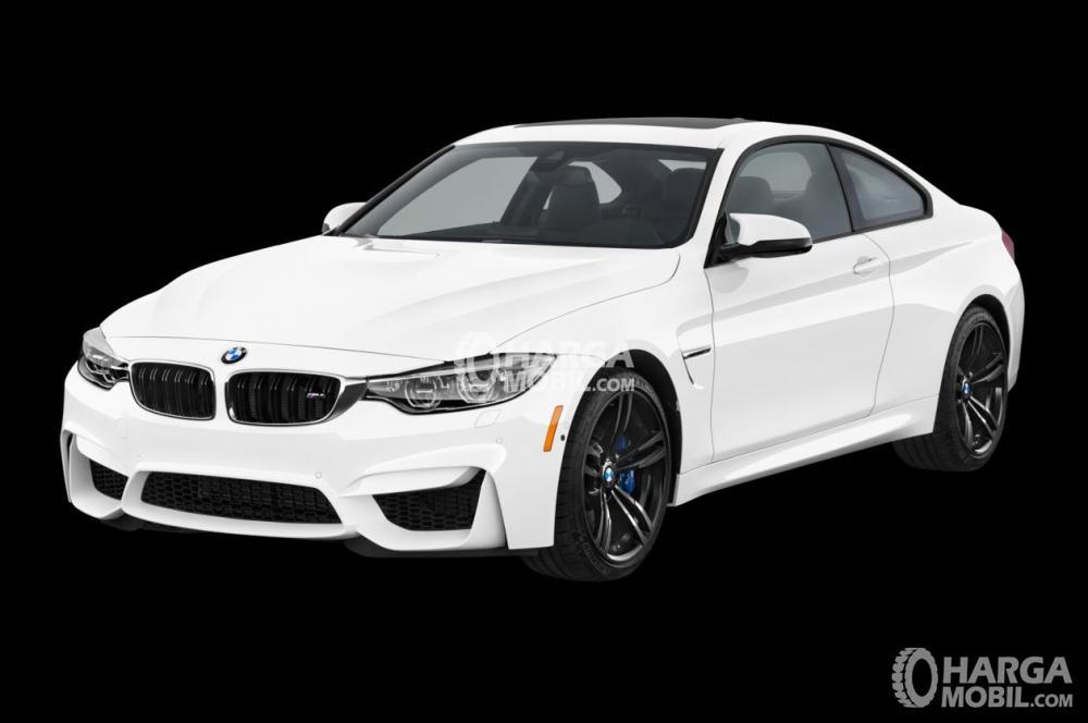 Gambar mobil BMW M4 2017 berwarna putih dilihat dari sisi depan