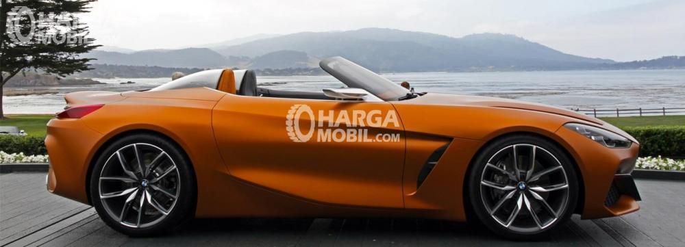 Gambar mobil BMW Z4 2017 berwarna orange dilihat dari sisi samping