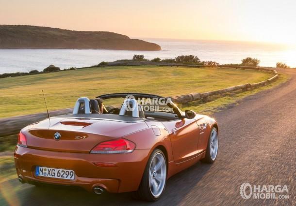 Gambar mobil BMW Z4 2017 berwarna orange dilihat dari sisi belakang