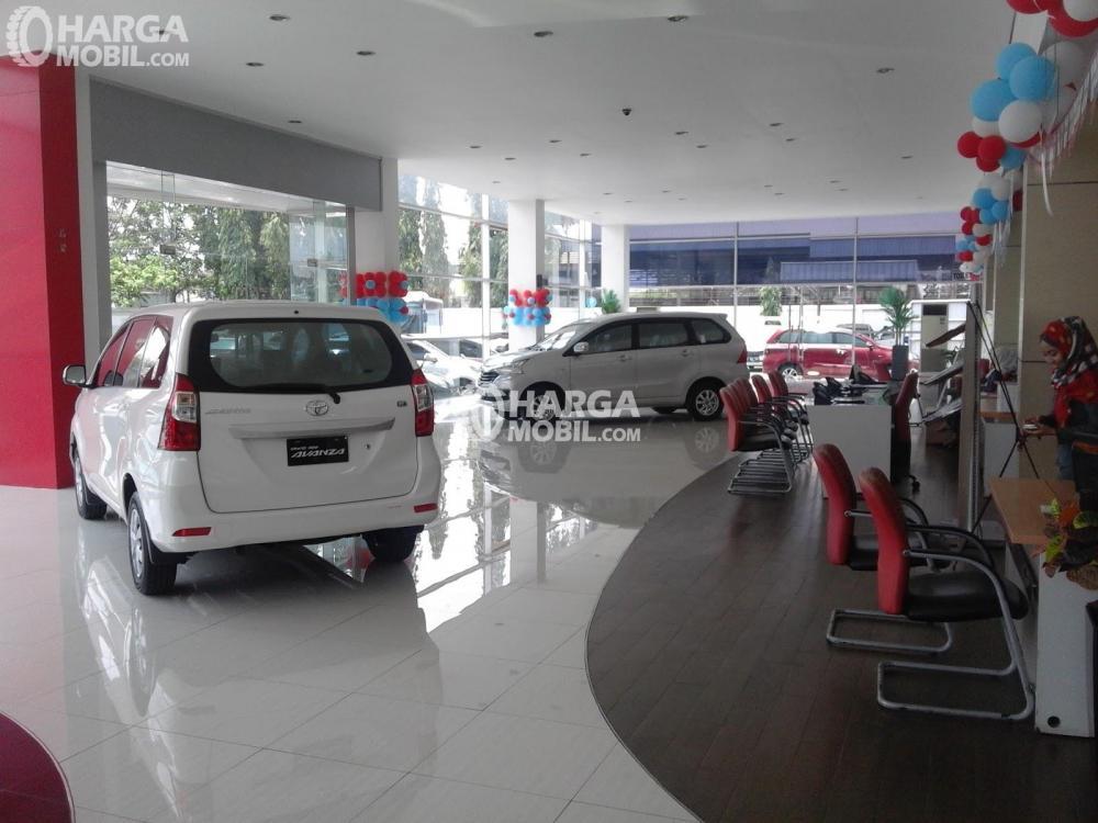 Gambar Toyota Avanza di salah satu dealer Auto2000, dealer resmi Toyota Astra