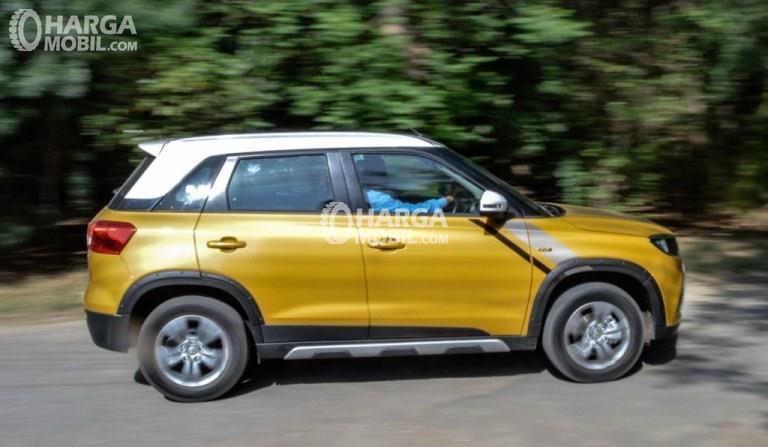 Gambar mobil Suzuki Vitara Brezza 2018 berwarna kuning dilihat dari sisi samping