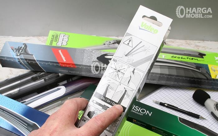 Gambar ini menunjukkan beberapa buah wiper baru yag masih dalam kotak