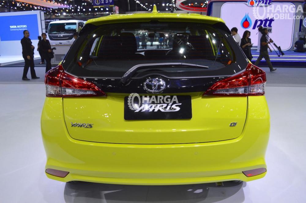 gambar bagian belakang  Toyota Yaris 2018 TRD Sportivo berwarna kuning