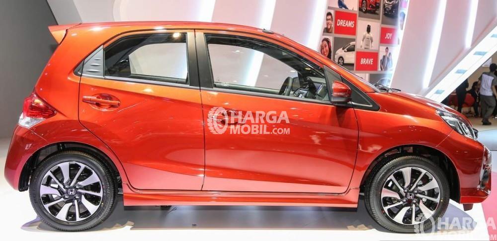 gambar bagian samping Honda Brio 2017 berwarna orange