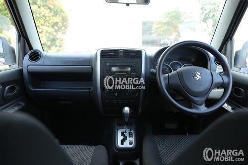 gambar  bagian dashboard mobil Suzuki Jimny 2017 dengan banyak fitur di dalamnya