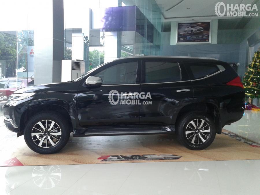 gambar bagian samping Mitsubishi Pajero 2017 berwarna hitam sedang perkir di dalam showroom mobil di Jakarta Indonesia