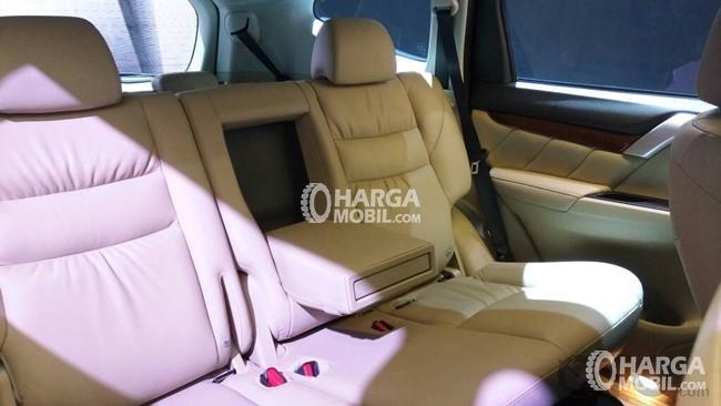 Bagian kursi belakang Mitsubishi Pajero 2017 ditutupi dengan jok berwarna krem