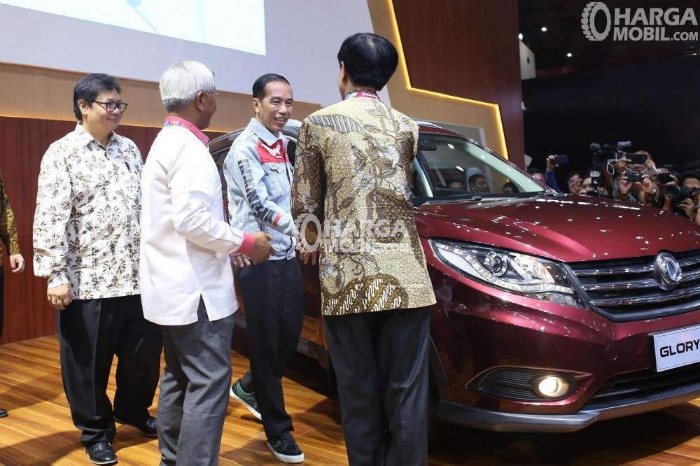 Presiden Jokowi mengunjungi booth DFSK melihat Glory 580 di pameran IIMS 2018