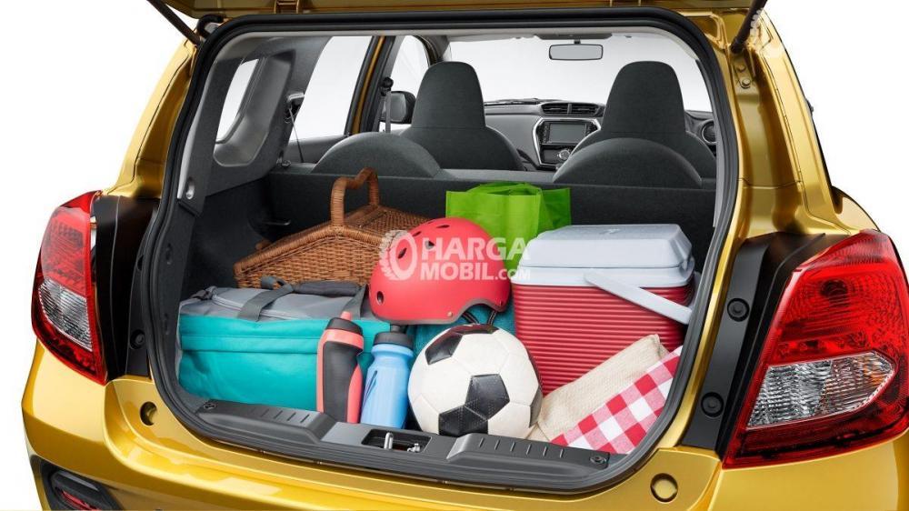 gambar bagasi datsun cross 2018 yang terisi penuh dengan berbagai koper
