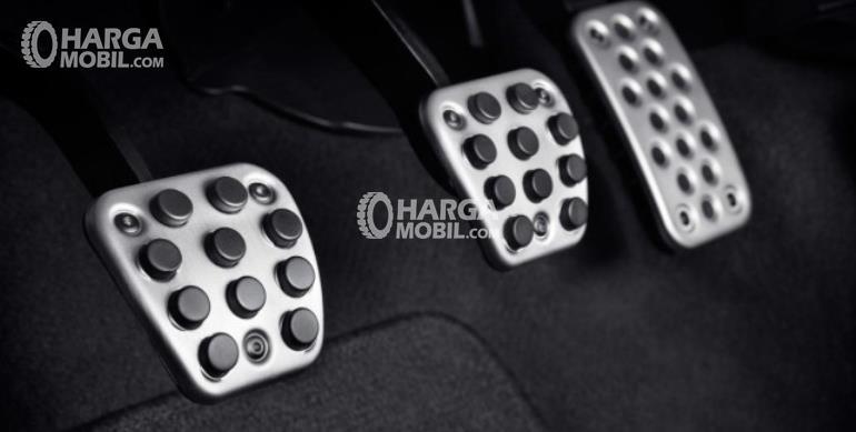 Gambar ini menunjukkan 3 pedal meliputi gas, rem dan kopling warna silver dengan motif hitam