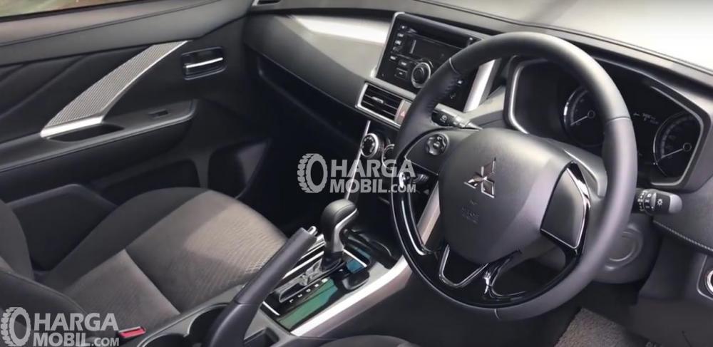Gambar ini menunjukkan Interior Mobil Mitsubishi Xpander warna hitam dan terlihat kemudi serta dashboard