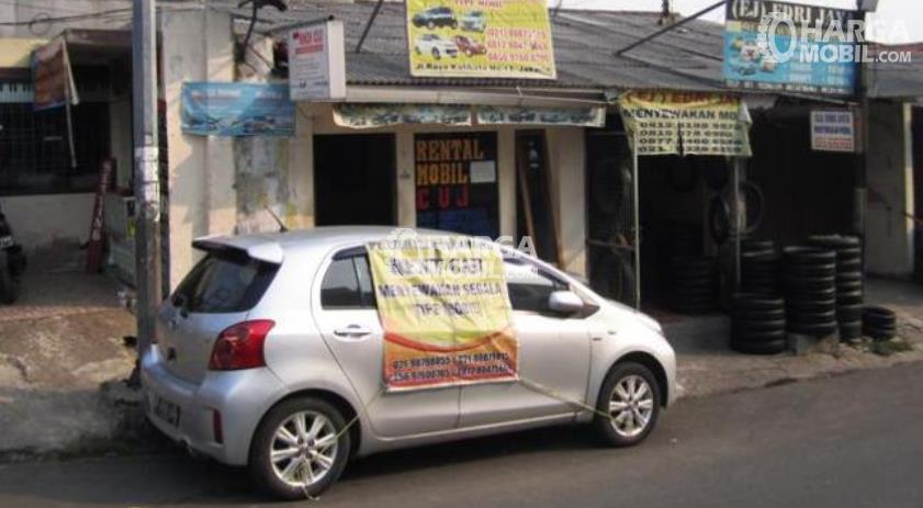 Gambar ini menunjukkan sebuah mobil yang disewakan berada di tempat kantor jasa penyewaan mobil