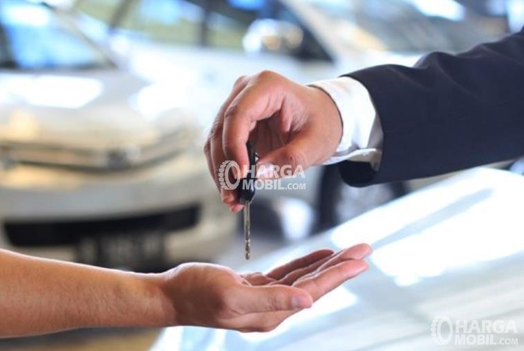 Gambar ini menunjukkan 2 buah tangan yang satu memegang kunci dan yang satu siap menerimanya
