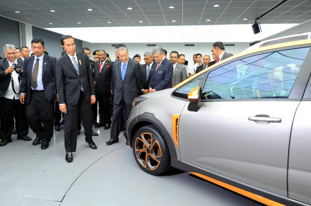 Gambar Presiden Jokowi dan PM Mahathir Mohamad melihat mobil Proton