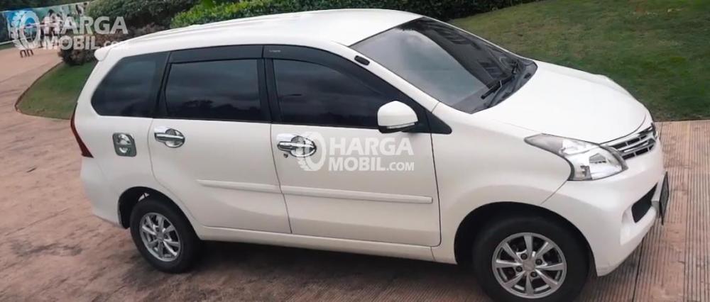 Gambar ini menunjukkan mobil Daihatsu Xenia tampak samping warna putih