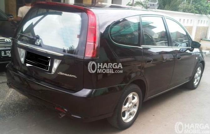 Gambar ini menunjukkan Mobil Honda Stream 2006 warna hitam tampak belakang