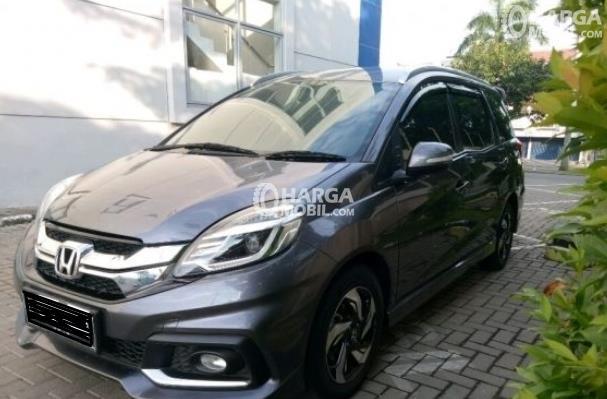 Gambar ini menunjukkan Mobil Honda Mobilio Tahun 2014 warna hitam tampak depan
