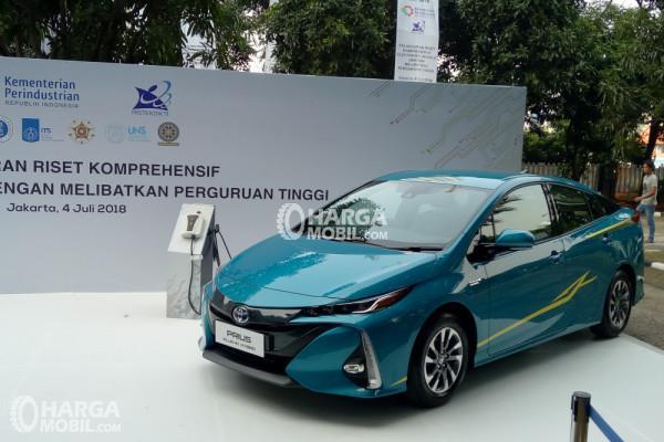 Gambar Toyota Prius PHEV untuk pemerintah